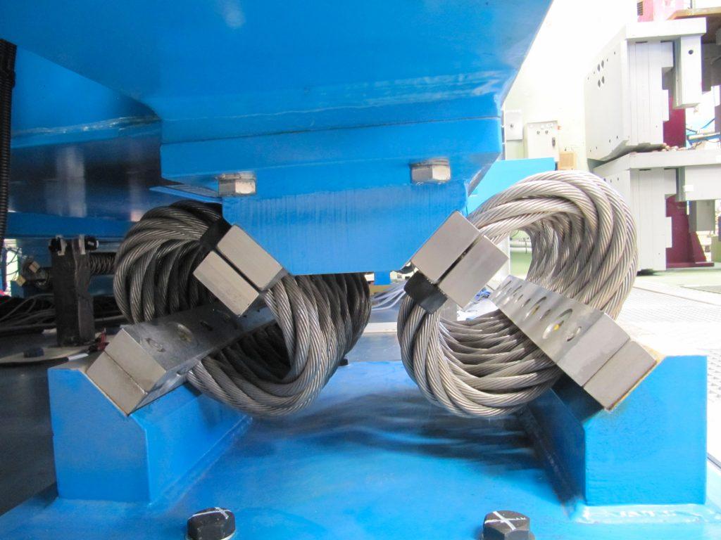 Suspension par des amortisseurs à câble d'un onduleur en condition de séisme